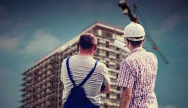 Obreros demarcando detalles en un edificio en construcción - Mutual del Club Atlético Pilar